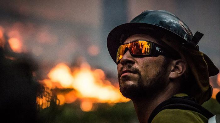 pompier devant incendie